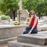 Nuria Díaz (Malena Alterio) visita el cementerio en 'Vergüenza'