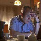Jesús (Javier Gutiérrez), apesadumbrado frente al ordenador en 'Vergüenza'