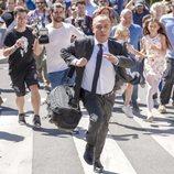 Jesús (Javier Gutiérrez) huye de la multitud en la 3ª temporada de 'Vergüenza'
