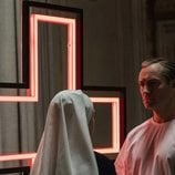Jude Law junto a un crucifijo en 'The New Pope'