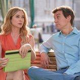 Marta Hazas y Javier Veiga sentados en un banco en la segunda temporada de 'Pequeñas coincidencias'
