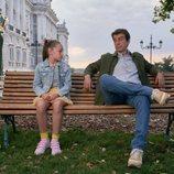 Lucía Balas y Javier Veiga sentados en un banco en la segunda temporada de  'Pequeñas coincidencias'