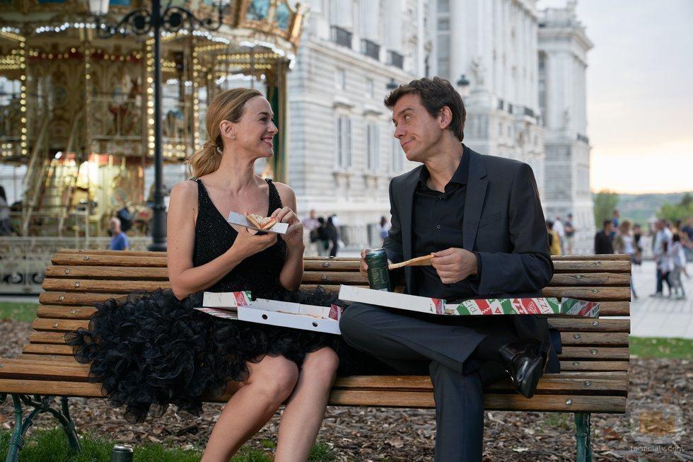 Marta Hazas y Javier Veiga comen pizza en la segunda temporada de 'Pequeñas coincidencias'