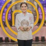 Tamara Falcó posa con el trofeo de 'MasterChef Celebrity 4'