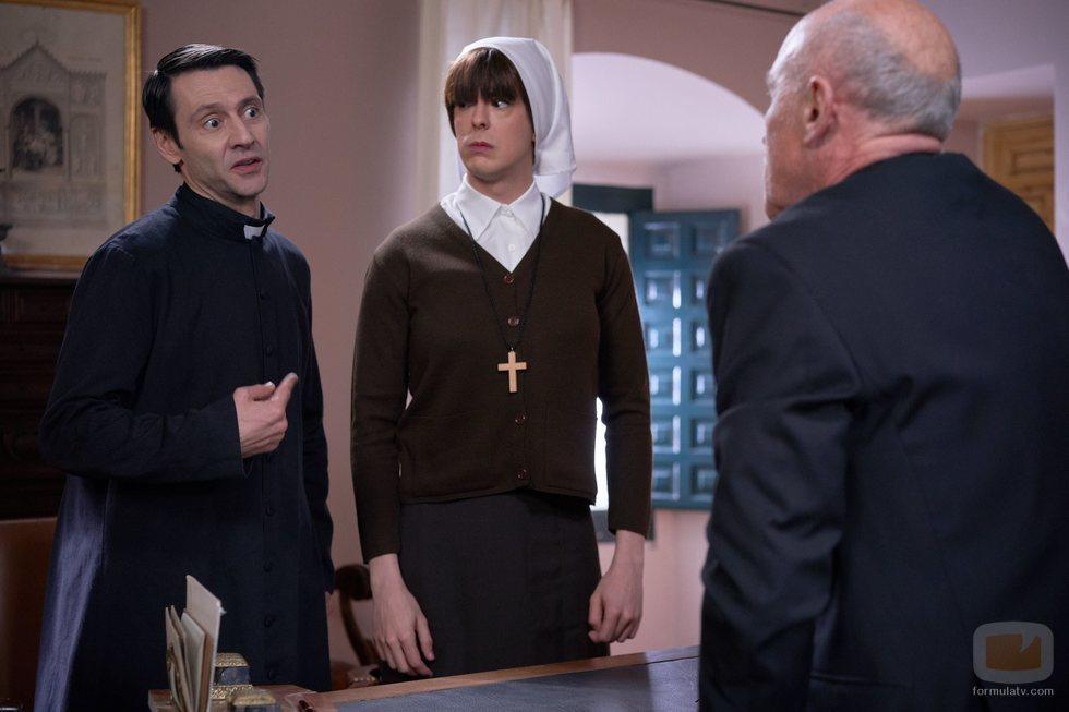 Alba y el Padre Alejandro hablan con el obispo en el 11x11 de 'La que se avecina'