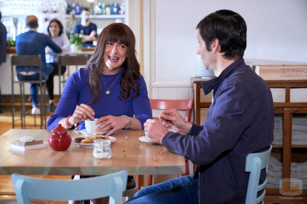 Alba y el Padre Alejandro se toman un café en el 11x11 de 'La que se vecina'