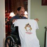 Antonio enseña una camiseta en el 11x11 de 'La que se avecina'