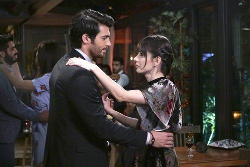 Can Yaman y Özge Gürel bailan juntos en 'Dolunay'