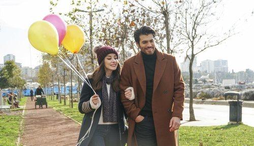 Özge Gürel y Can Yaman pasean del brazo en 'Dolunay'