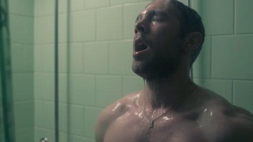Pol Rubio (Carlos Cuevas) se masturba en la ducha, en 'Merlí: Sapere Aude'