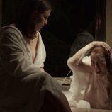 Amy O'Connor (Lesley Grant) se baña desnuda en 'Merlí: Sapere Aude'