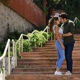 Hayat (Hande Erçel) y Murat (Burak Deniz) se abrazan en 'Hayat: Amor sin palabras'