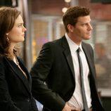 Emily Deschanel y David Boreanaz en 'Un hombre en el excusado'