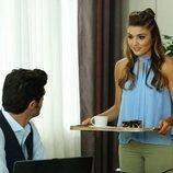 Hayat sirve un café a Murat en 'Hayat: Amor sin palabras'