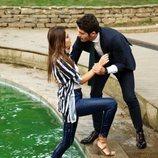 Murat ayuda a Hayat a salir de una fuente en 'Hayat: Amor sin palabras'