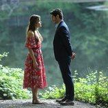 Hayat (Hande Erçel) y Murat (Burak Deniz) se miran fijamente en 'Hayat: Amor sin palabras'