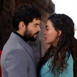 Miran (Akin Akinözü) y Reyyan (Ebru Sahin) en 'Hercai'