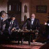 Miran (Akin Akinözü) con la familia Sadoglu en 'Hercai'