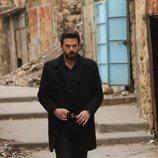 Miran (Akin Akinözü) caminando por la calle en 'Hercai'