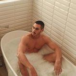 El desnudo de Alejandro Speitzer en la bañera