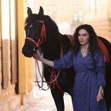 Reyyan (Ebru Sahin) junto a un caballo en  'Hercai'