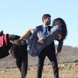 Miran (Akin Akinözü) coge a Reyyan (Ebru Sahin) en brazos en 'Hercai'