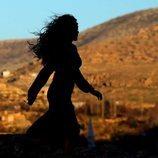Reyyan (Ebru Sahin) caminando a contraluz en  'Hercai'