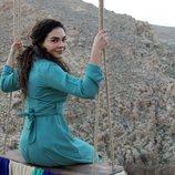 Reyyan (Ebru Sahin) subida en un columpio en  'Hercai'