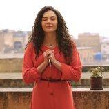 Reyyan (Ebru Sahin) rezando con el móvil en las manos en  'Hercai'