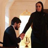 Miran (Akin Akinözü) se arrodilla ante Azize Aslanbey (Ayda Aksel) en 'Hercai'
