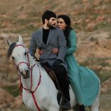 Miran (Akin Akinözü) y Reyyan (Ebru Sahin) montan a caballo en 'Hercai'