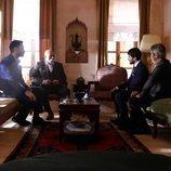 Miran (Akin Akinözü) reunido con la familia Sadoglu en 'Hercai'