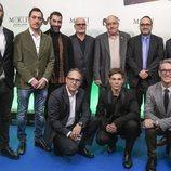Carlos Cuevas con los directores y productores de 'Merlí: Sapere Aude' en la premiere de Barcelona