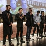 Carlos Cuevas junto al resto del equipo presentando 'Merlí: Sapere Aude' en la premiere de Barcelona