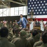 Shy Baldwing en una  actuación  frente al ejército en la temporada 3 de 'The Marvelous Mrs. Maisel'