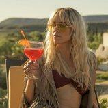 Maca (Maggie Civantos) toma una copa en 'Vis a vis: El oasis'