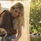 Maca (Maggie Civantos) se sirve una bebida en 'Vis a vis: El oasis'