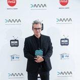Mariano Barroso sostiene el Premio Dama a Mejor Miniserie de los Premios MiM 2019