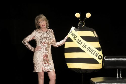 Mila Ximénez posa junto al traje de abeja en la Gala Final de 'GH VIP 7'