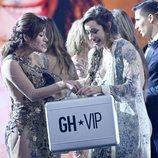 Adara Molinero recibe el maletín de Miriam Saaverdra en la final de 'GH VIP 7'