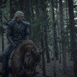 Geralt de Rivia (Henry Cavill) montado en su caballo en 'The Witcher'