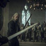 Geralt de Rivia (Henry Cavill) preparado para luchar en 'The Witcher'