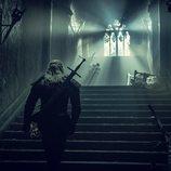 Geralt de Rivia (Henry Cavill) subiendo las escaleras en 'The Witcher'