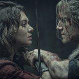 Confrotación entre Renfri (Emma Appleton) y Geralt de Rivia (Henry Cavill) en 'The Witcher'