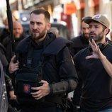 Rodrigo Sorogoyen da instrucciones a Raúl Arévalo en el rodaje de 'Antidisturbios'