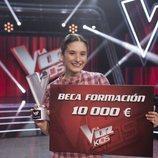 Irene Gil posa con el premio de 'La Voz Kids 5'