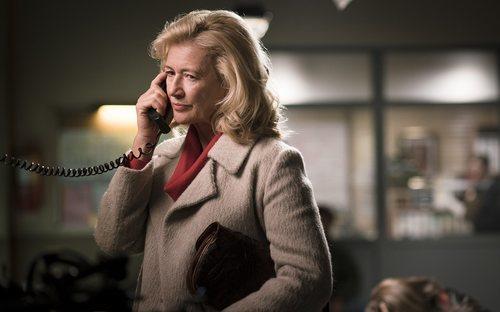 Mercedes (Ana Duato) habla por teléfono en el capítulo 359 de 'Cuéntame cómo pasó'