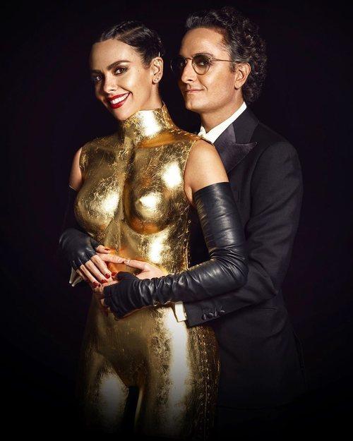 Josie posa junto a Cristina Pedroche y su vestido-escultura para las Campanadas 2019-2020
