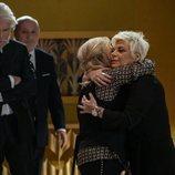 Carmen Borrego y Terelu Campos se abrazan en el funeral de 'El cielo puede esperar'