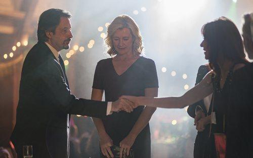 Max y Catalina  se conocen en un incómodo reencuentro entre Mercedes y Antonio en la Nochevieja de 1990 de 'Cuéntame cómo pasó'